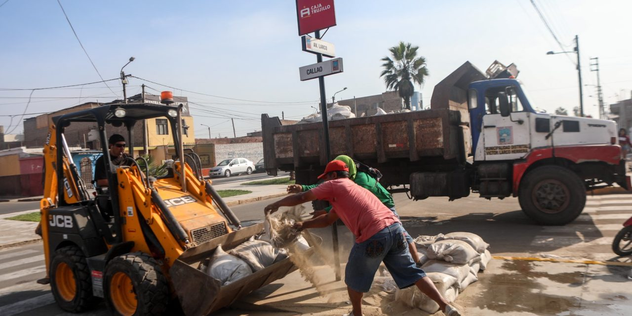 Retiran sacos de avenidas principales en Víctor Larco