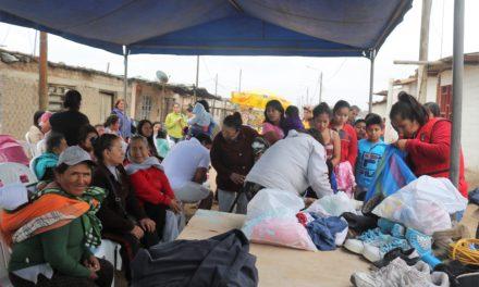 """Decenas se benefician con campaña """"Dona un Abrigo con Amor"""""""